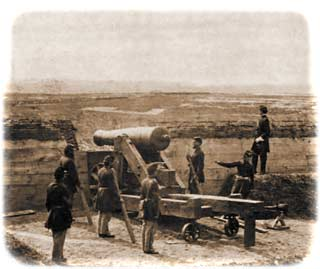 A five-man 34th gun-crew posing around a barbette-mounted M.1819 24-pounder in Redoubt C, one gunner poised in the act of tugging the lanyard, while Captain Chandler surveys the landscape beyond
